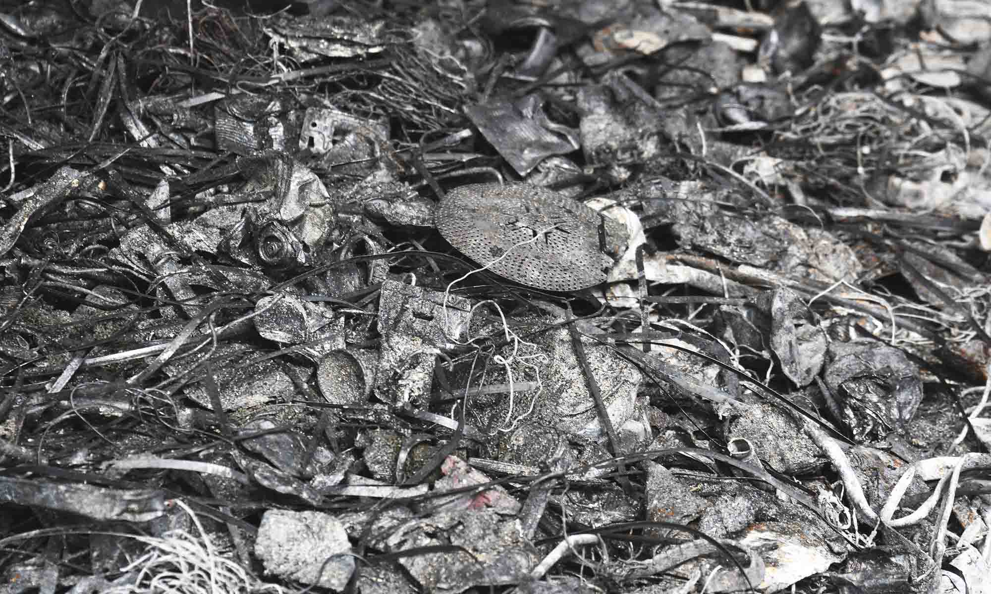 Jern som ved en feil havner i restavfallet plukkes ut av asken med en magnet, mens metaller dessverre havner på fyllinga sammen med asken fra ovnen.