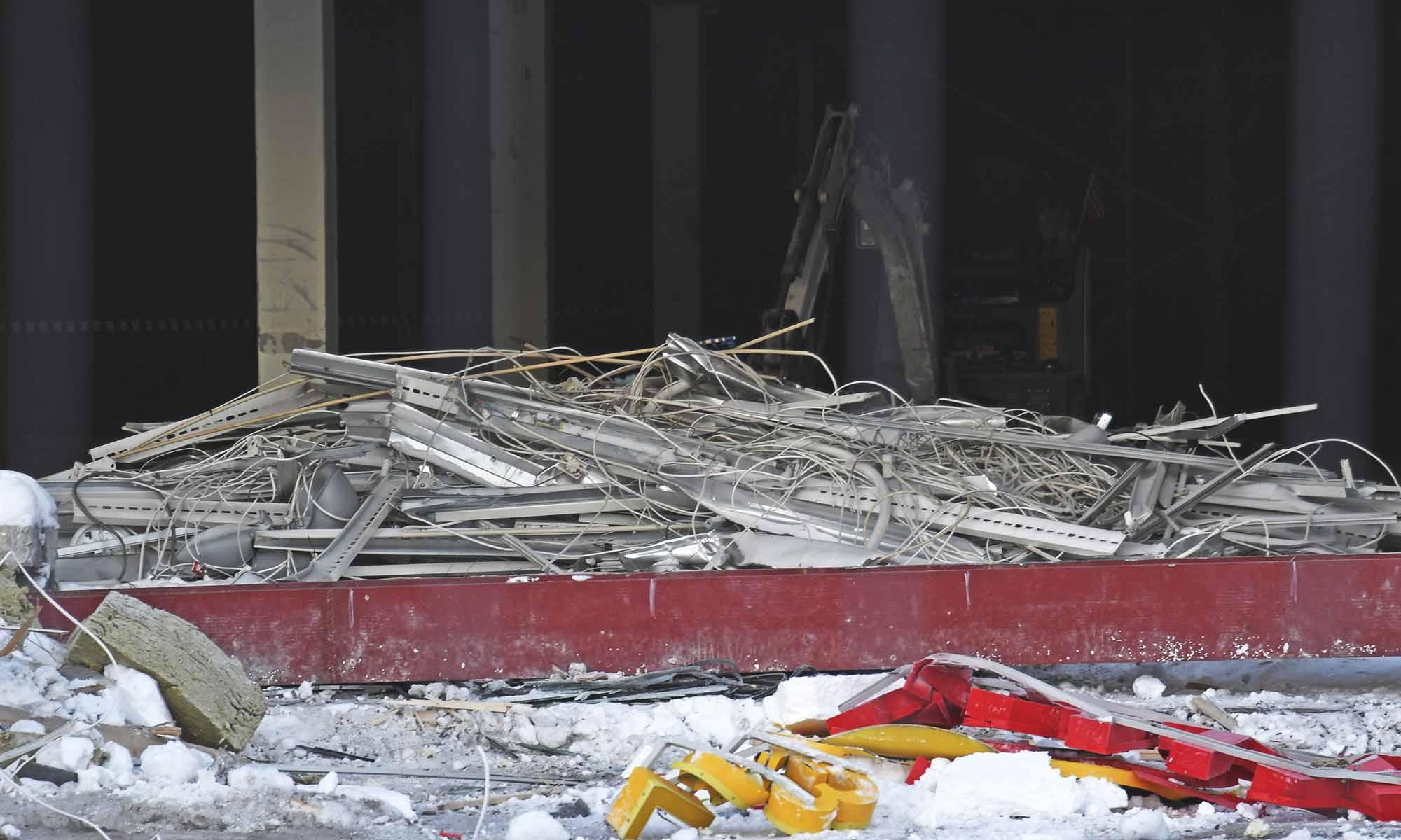Kabler og ledninger er samlet sammen og levert godkjent deponi. Stål, metaller og kabler er skilt ut fra EE-avfallet og gjenvunnet til råvarer.