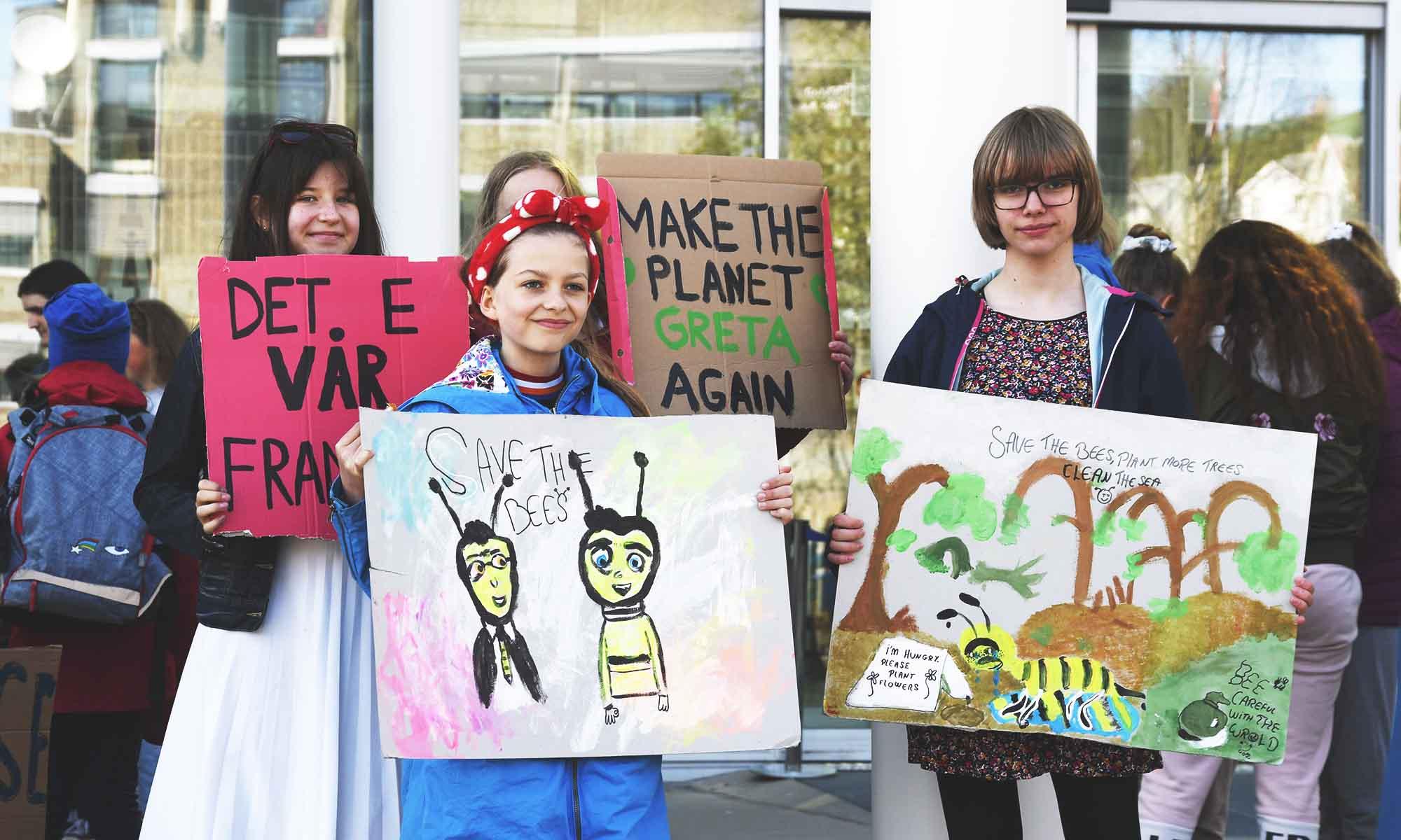 Her er noen av budskapene som ble fremført foran Tromsøs rådhus, samtidig med at ungdommer over hele landet deltok i klimastreiken.